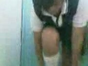 Divina colegiala mostrandose y dedeandose en el baño