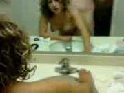 Se coje a su novia en el baño frente al espejo