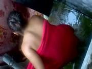 La graban a escondidas mientras se baña