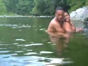 Pareja caliente cogen en un rio