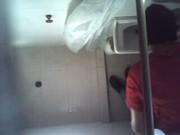 Grabando a su prima con camara oculta en el baño