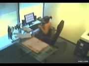 Camara en oficina graba a la secretaria masturbandose