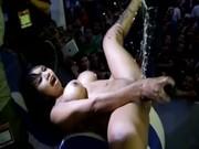 Luna Bella en Expo SexMex, masturbandose hasta venirse!