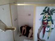 Se van a cojer en el baño durante una fiesta