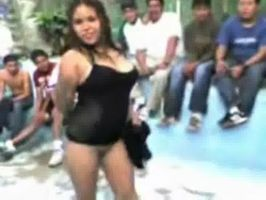 Putita y borrachas bailan desnudas en el bar del pueblo