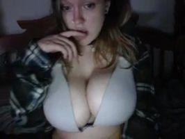 Morrita enseña sus tetotas por webcam