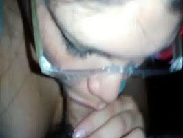 Mexicana con gafas chupa verga y da sentones