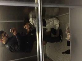 Mamada y sacada de leche en ascensor