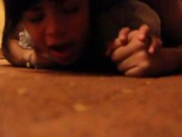 Luego de mamarla la cogen duro contra el piso