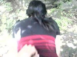 Cogiendola por el culo en el bosque