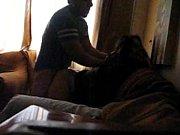 Cogiendo duro a una morrita en el sofa