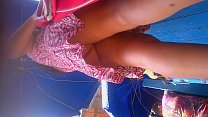 Morrita en minifalda y sin calzon (Upskirt)