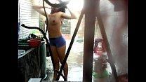 Espiando a mi cuñada desnuda mientras se baña