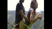 Dandole gusto a una culona en la montaña