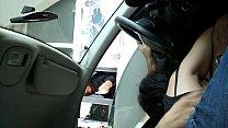 Mamando en el auto al pasar por peaje