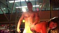 Putita caliente tiene sexo con stripper en publico
