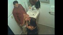 Camara oculta en baño graba una mamada desesperada