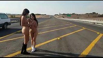 Mia Marin y Janeth Rubio, lesbianas desnudas en la via publica