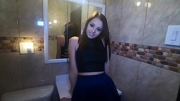 Hermosa jovencita se coge a suertudo en el baño durante una fiesta