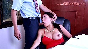 Gigi Alarcón es hipnotizada para darle una mamada al informatico