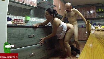 Ama de casa española follada por su marido en la cocina