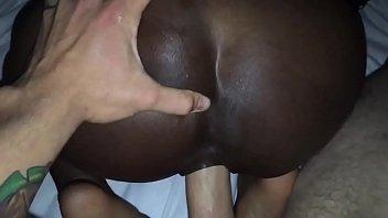 Jovencita negra chupando y cogiendose una gran verga blanca