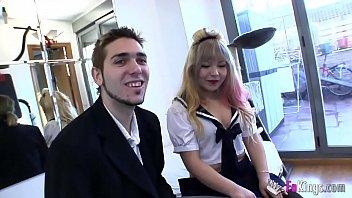 Estudiante japonesa de 18 años se inicia en el porno follando en españa