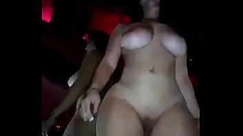Puta con super tetas me baila desnuda en un putero privado