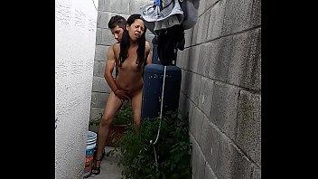 Sexo de pie con mi novia morena al aire libre fuera de casa