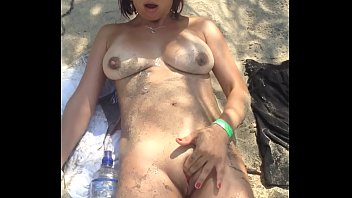 Colombiana desnuda en la playa masturba su rica panochita