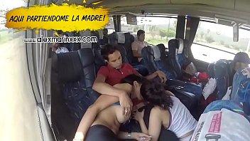 Dos putitas mexicanas se la chupan a suertudo en el autobus