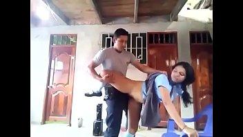 Policia y colegiala cojiendo rico en casa (video porno viral)
