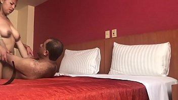 Rellenita chichona le saca la leche rapido a su hombre en hotel