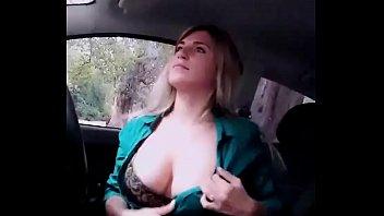 Argentina se desnuda y masturba para sus seguidores en el auto