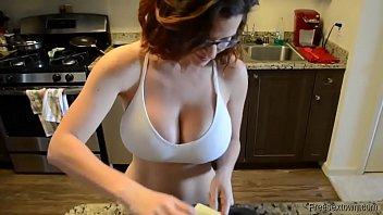 MILF tetona pasa de la cocina a follar duro, ufff