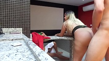 Gordo cornudo filma a su señora cogiendo con un joven