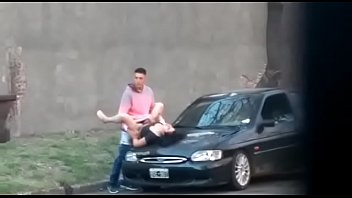 La calentura los hizo coger encima del coche en publico