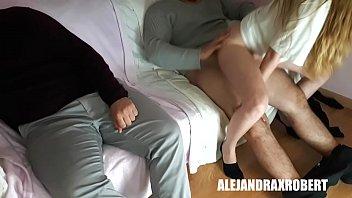 Rubia se coge al amigo de su novio mientras el duerme