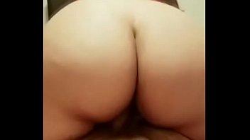 Latina con deliciosas nalgas le saca leche a sentones