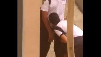 Colegiala de escuela militar chupando verga en la calle