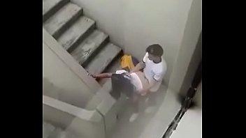 Jovenes son espiados mientras cogen en las escaleras