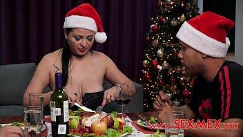 Pamela tiene sexo con sus dos hijastros en navidad