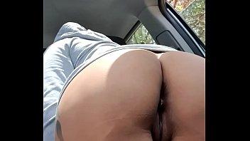 Morrita mexicana muestra su culo y se masturba en el coche