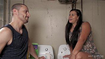 Latina de culo grande logra seducir y follar a su vecino gay