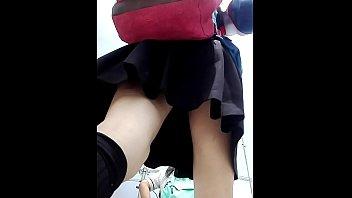 Grabando bajo la falda de una colegiala veneca en peru