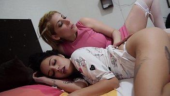 Sirenita Fuentes despierta a su amiga Helena Danae para follar