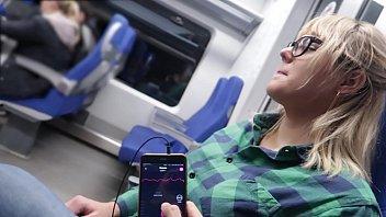 Vibrador a control remoto y mamada rapida en el tren