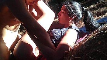 Morena golosa se escapa a coger en el bosque y lo goza