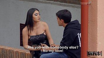 Giselle se enfada con su novio y termina follando con otro