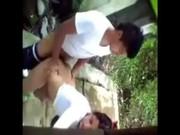 Graba a pareja joven cogiendo atras de su casa